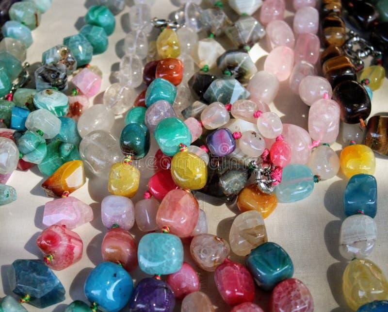 Colliers des gemmes de différentes couleurs images libres de droits