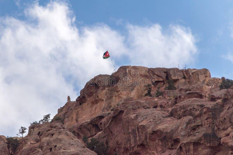 Collina con la bandiera giordana nel PETRA fotografie stock