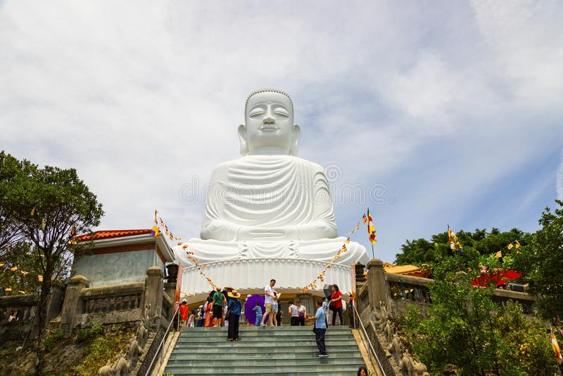 Collina Danang/Vietnam, 24 GIUGNO, 2019 del Na di sedere: Grande statua di Buddha alla cima della collina, caratterizzante i 27 m fotografia stock