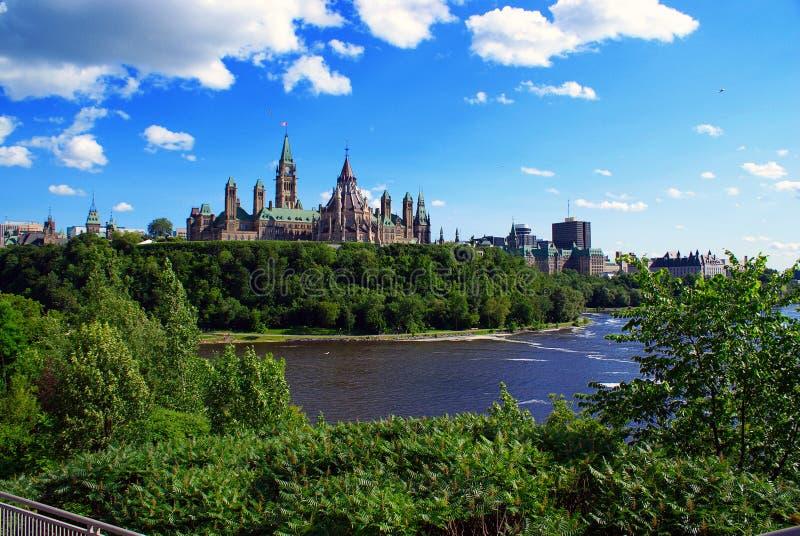 Collina del Parlamento con l'orizzonte parziale di Ottawa fotografia stock