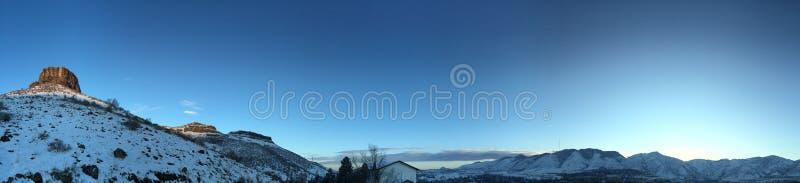 Collina della Castle Rock di Snowy in dorato fotografie stock