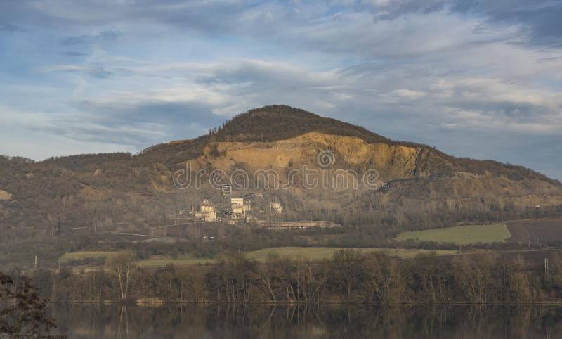 Collina di Deblik con la cava di pietra fotografia stock