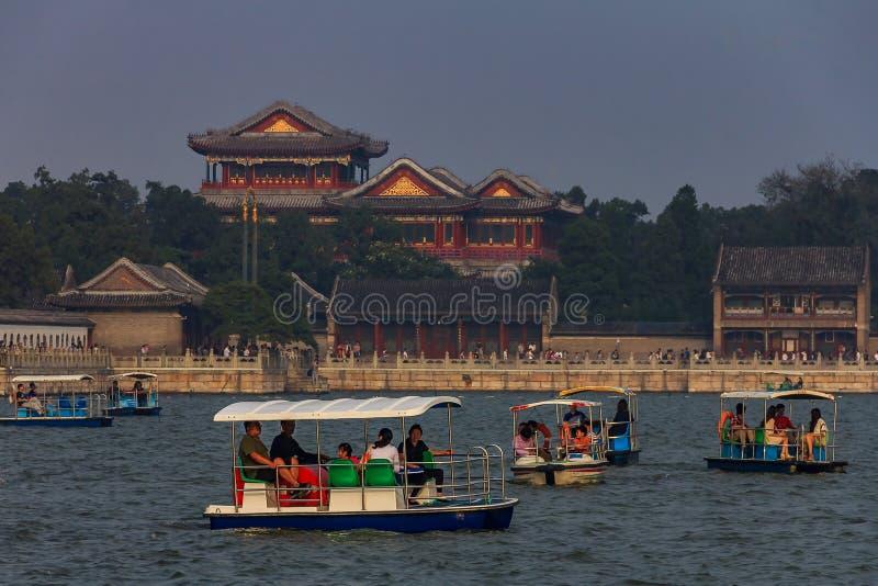 Collina di longevità e palazzo di estate con le barche sul lago kunming e su uno smog pesante nel cielo a Pechino Cina fotografia stock libera da diritti