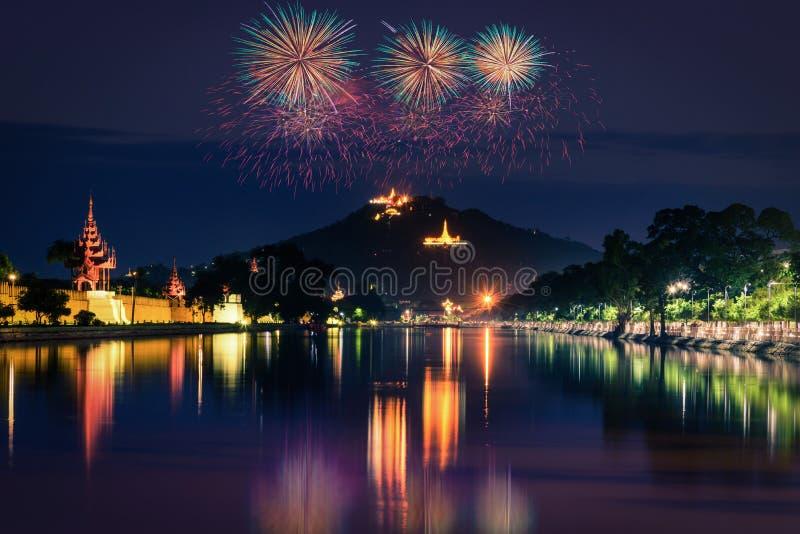 Collina di Mandalay alla notte con la manifestazione del fuoco d'artificio a Mandalay fotografie stock