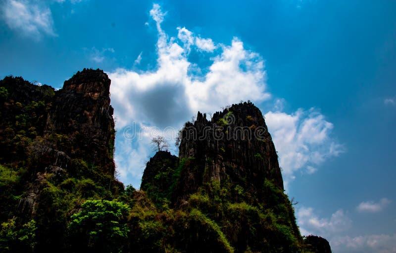 Collina di pietra e bello fondo del cielo blu, paesaggio locale a Banmung, Neonmaprang, Pitsanulok, a nord della Tailandia fotografie stock libere da diritti