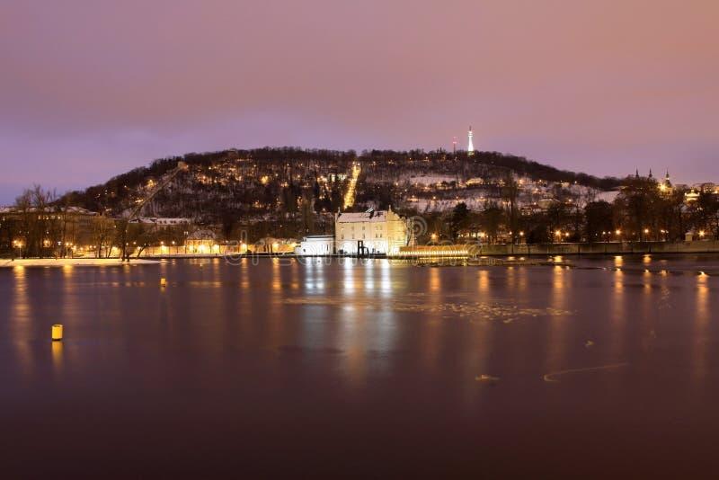 Collina Petrin dello Snowy Praga nella notte fotografie stock
