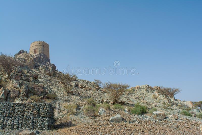 Collina rocciosa con il piccolo castello antico sulla cima immagini stock