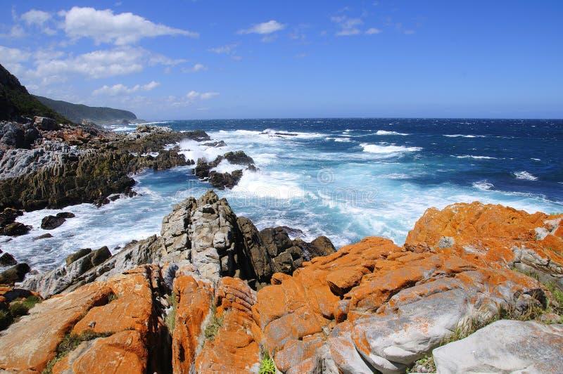 Collina rocciosa dall'oceano immagini stock libere da diritti