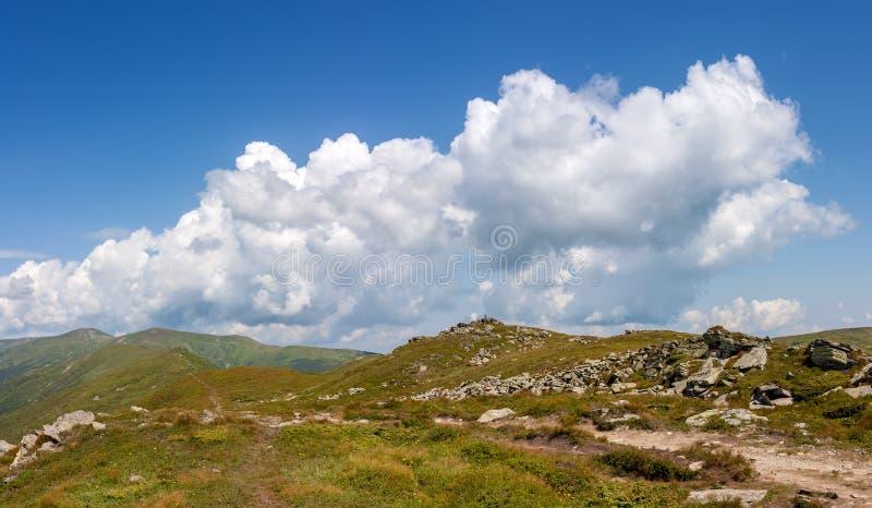 Collina verde della montagna con cielo blu immagini stock