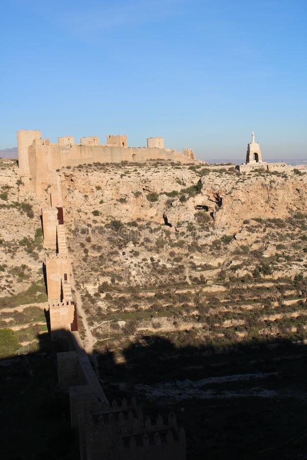 Colline avec le château antique image stock
