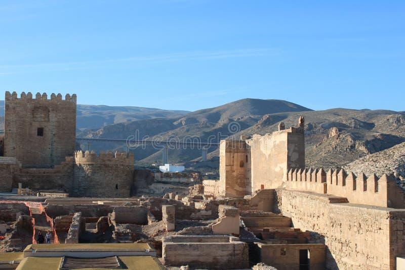 Colline avec le château antique images libres de droits