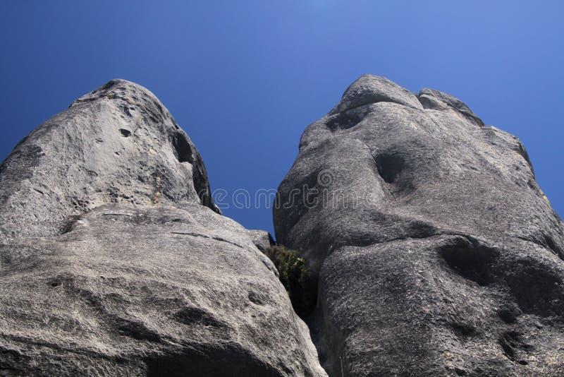 Colline de château, Nouvelle-Zélande, île du sud : Rochers dispersés de chaux sur un pré différant du ciel bleu sans nuages photographie stock libre de droits