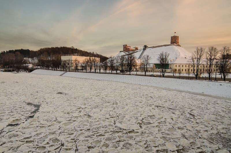 Colline de Gediminas et château supérieur à Vilnius, Lithuanie photos stock