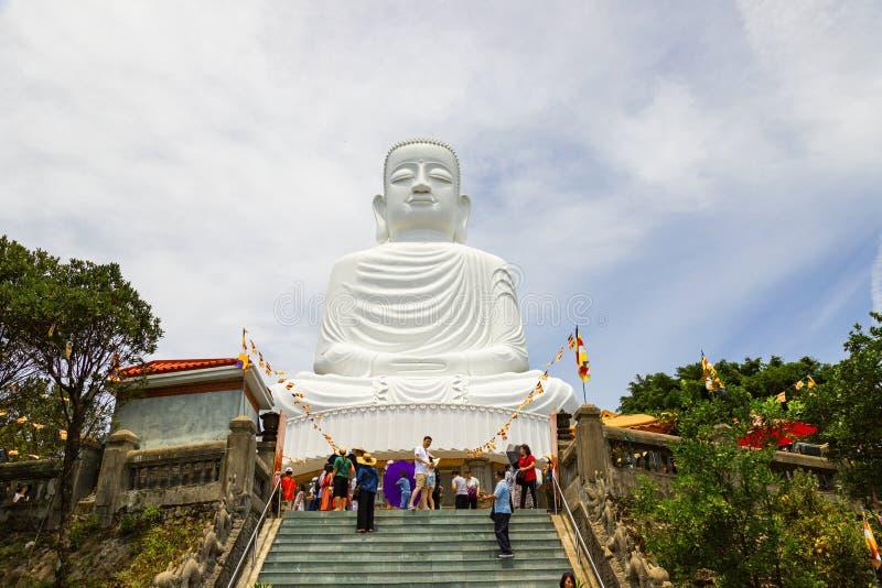 Colline de Na de Ba Danang/Vietnam, JUIN, 24, 2019 : Grande statue de Bouddha en haut de la colline, comportant des 27 mètres Bou photographie stock
