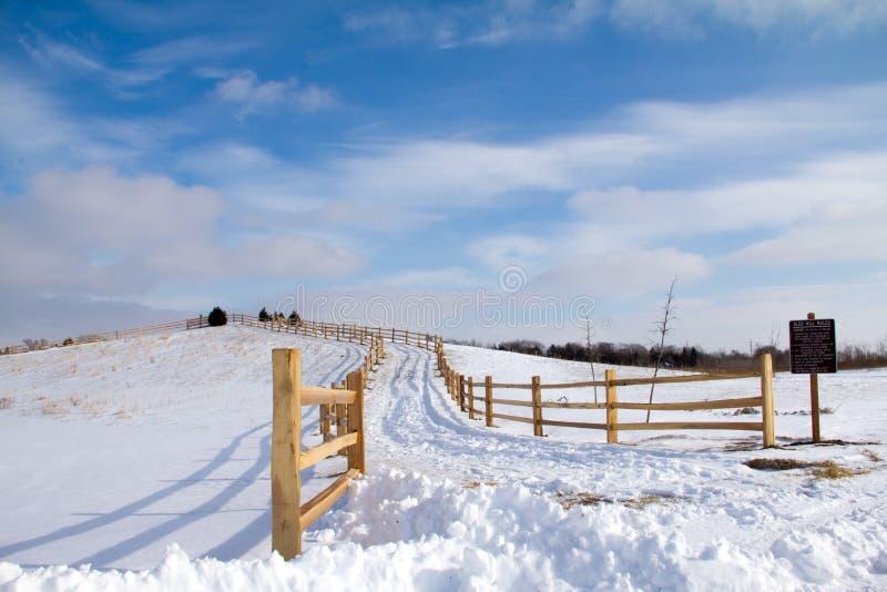 Colline de Winding Up Snowy de barrière de rail fendu photographie stock libre de droits