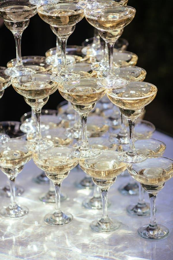 Colline des verres avec de la fumée miroitante et blanche images stock