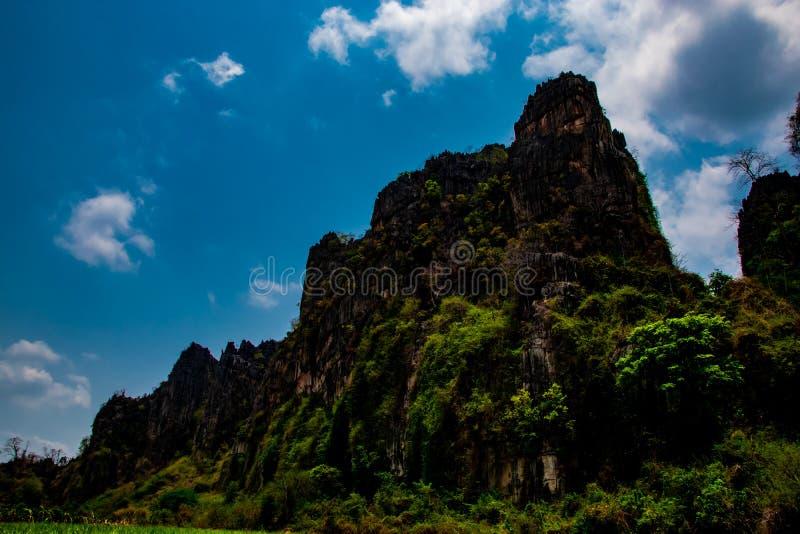Colline di pietra e bello fondo del cielo blu nel paesaggio della campagna della Tailandia, Banmung, Noenmaprang, provincia di Pi immagine stock libera da diritti