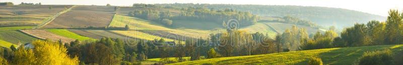 Colline e campi agricoli. immagini stock