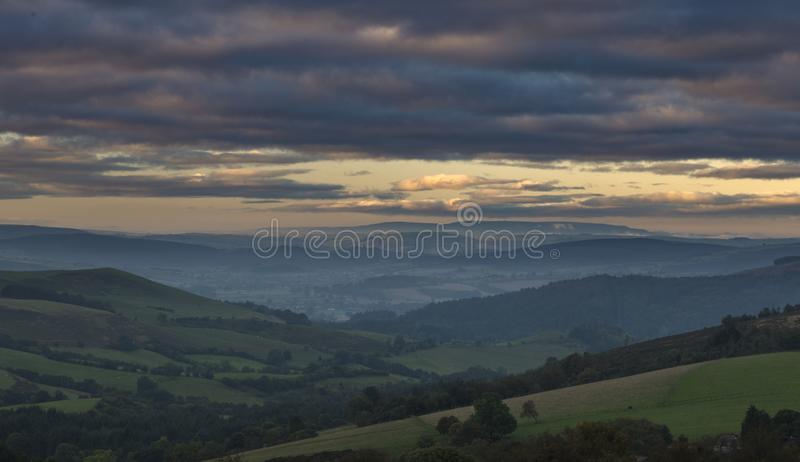 Collines britanniques de campagne chez Misty Autumnal Morning images libres de droits