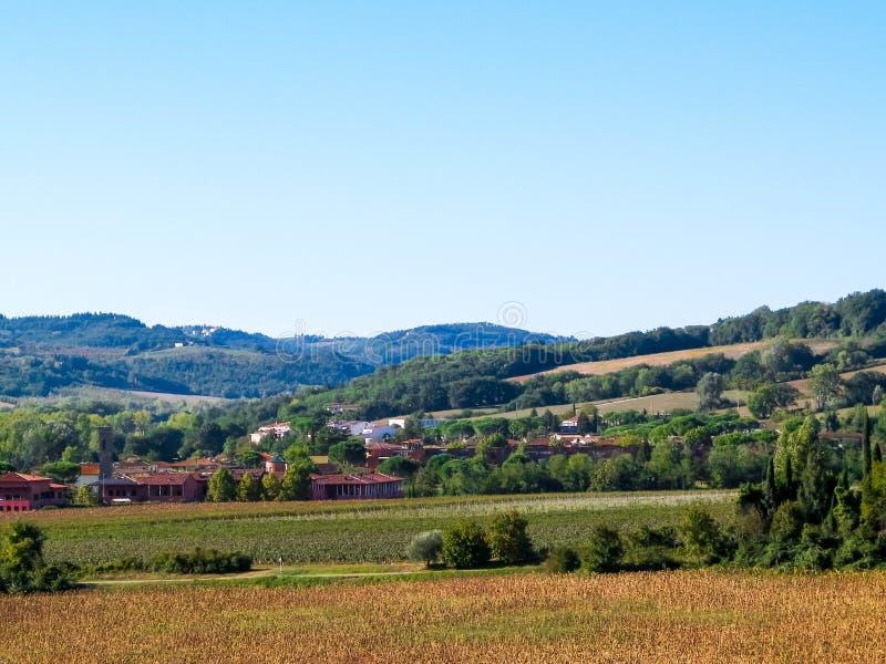 Collines, champs et prés - vues typiques de la Toscane photographie stock libre de droits