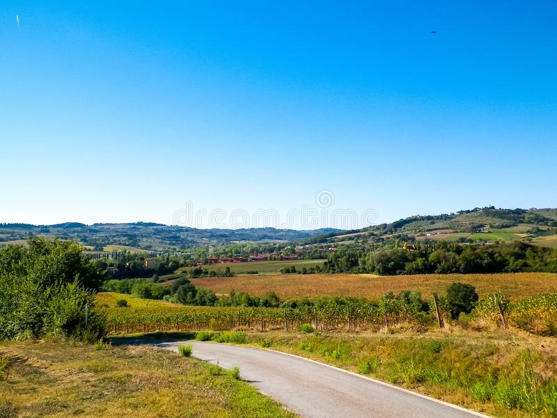 Collines, champs et prés - vues typiques de la Toscane images libres de droits