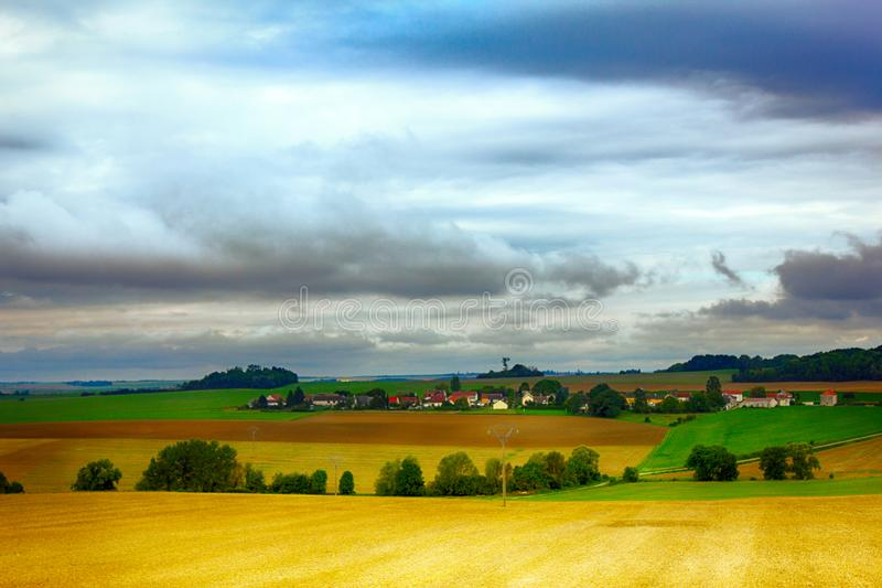 Collines de champs, bois, villages en France photos stock