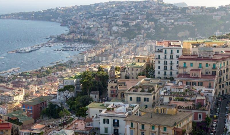 Collines de Naples sur le coucher du soleil avec la vue supérieure de baie de la mer Méditerranée Bord de la mer de Naples Panora image libre de droits