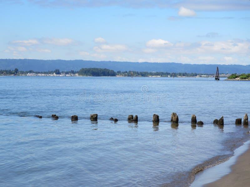 collines de rivière de jour ensoleillé et ciel bleu photo libre de droits