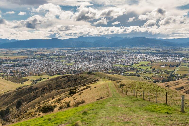 Collines de Wither avec la ville de Blenheim en île du sud, Nouvelle-Zélande image stock