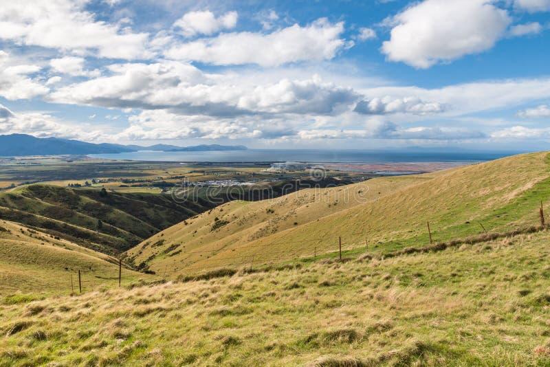Collines de Wither dans Blenheim avec le cuisinier Strait dans la distance, île du sud, Nouvelle-Zélande photo libre de droits