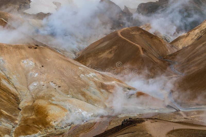 Collines et fumée dans Kerlingarfjöll, Islande photo stock