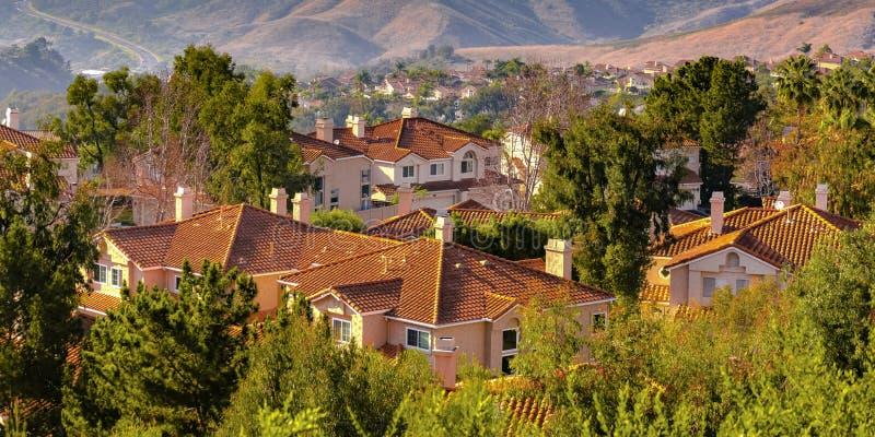 Collines et maisons parmi des arbres à San Clemente CA photographie stock