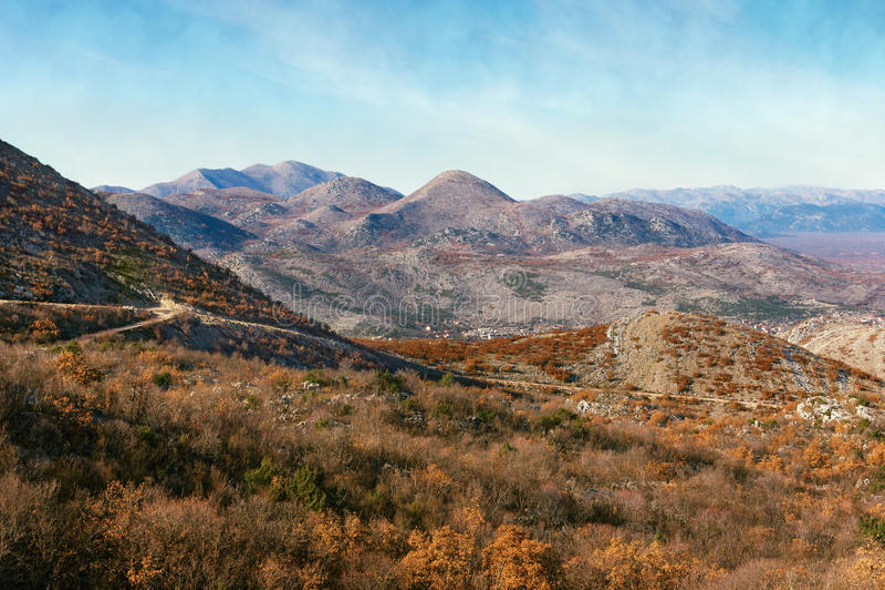 Collines et montagnes dans des couleurs d'automne La Bosnie-et-Herzégovine image libre de droits