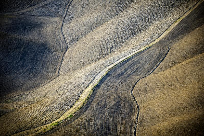 Collines toscanes labourées après le paysage toscan de récolte entre Sienne et Florence l'Italie image stock