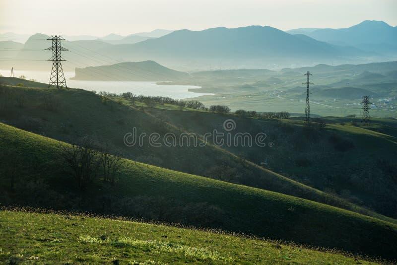 Collines vertes et fils en Crimée photographie stock