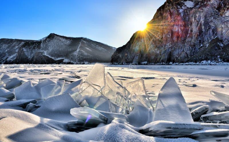 Collinette del ghiaccio sul lago Baikal in sole di sera fotografia stock