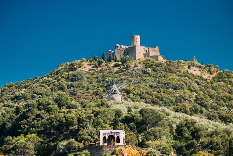 Collioure,法国 圣堡Elme在晴朗的春日 老Medi 免版税库存图片