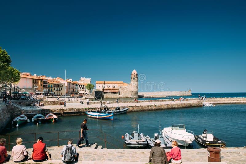 Collioure, Frankreich Leute-Touristen, die in Küste stillstehen und gehen lizenzfreies stockbild
