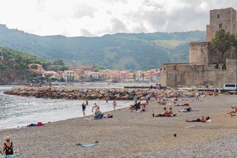 COLLIOURE, FRANKREICH - 18. September 2018: Touristen entspannen sich im Strand im kleinen Dorf von Colliure, Süd-Frankreich stockbild
