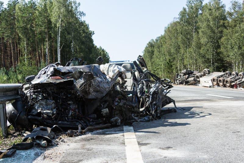 collision frontale de Volvo et de camion avec le bateau-citerne pour le transport de l'essence , en Lettonie sur la route A9, le  photo stock