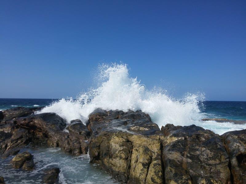 Collisione dell'onda con le rocce fotografia stock