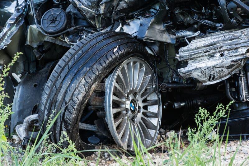 Collisione frontale di BMW e del camion DAF, in Lettonia sulla strada A4, che si è presentata la sera del del 21 agosto 2018 fotografia stock libera da diritti