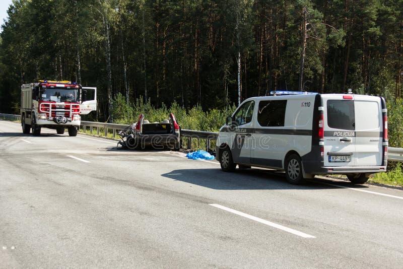 collisione frontale di Volvo e del camion con l'autocisterna per trasporto di benzina , in Lettonia sulla strada A9, il 17 agosto fotografia stock libera da diritti