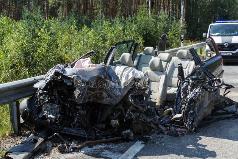 collisione frontale di Volvo e del camion con l'autocisterna per trasporto di benzina , in Lettonia sulla strada A9, il 17 agosto immagine stock