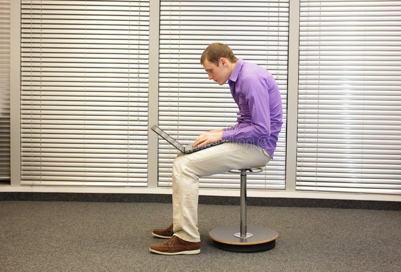 Collo del testo - uomo nella posizione slouching che lavora con il computer fotografie stock