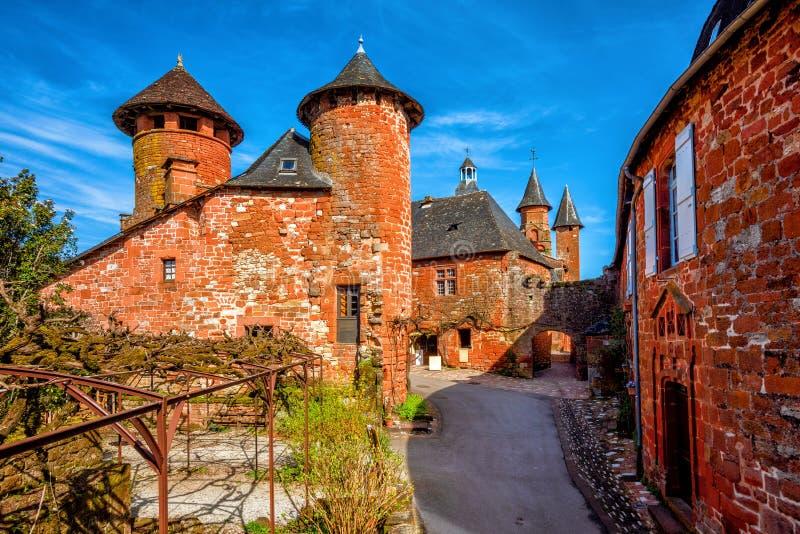 Collonges-la-colorete, casas del ladrillo rojo y torres de la ciudad vieja, imagen de archivo libre de regalías