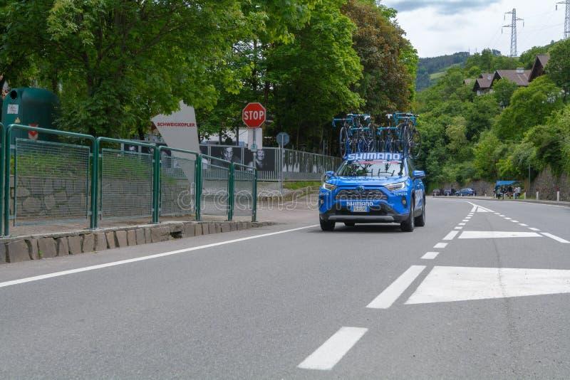 COLMA,意大利- 2019年5月:赛跑环意自行车赛的阶段17的专业骑自行车的人,从科姆梅扎杜拉瓦尔DI SOLE安泰塞尔瓦 库存图片