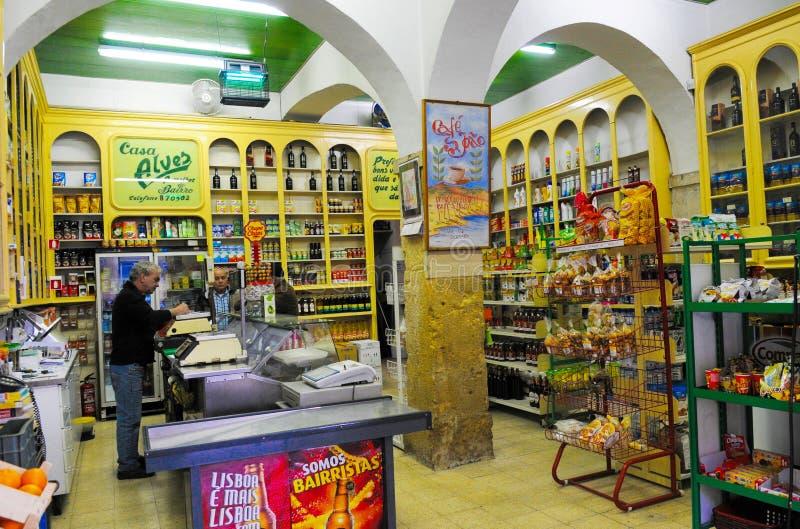 Colmado portugués del vintage, establecimiento típico de la vecindad de Lisboa fotos de archivo libres de regalías