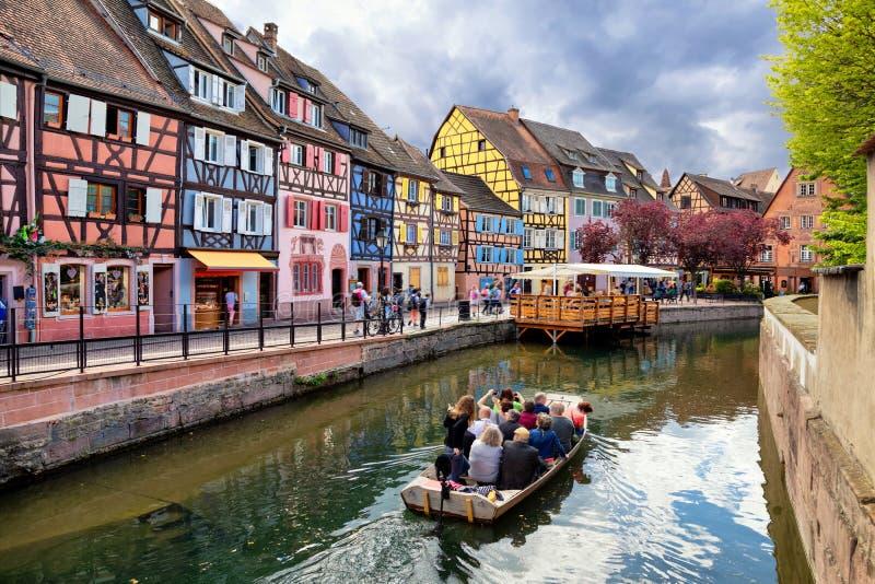 Colmar, Frankreich Boot mit Touristen auf Kanal lizenzfreie stockfotos
