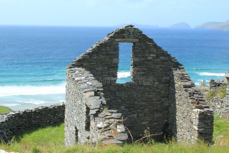 A colmeia antiga arruina a Irlanda de Penisula do Dingle imagens de stock